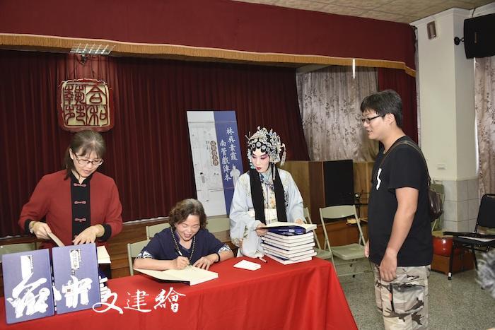 林吳素霞南管戲傳本《高文舉》《韓國華》成果發表會後,辦理簽書會。(圖:文化部文資局)