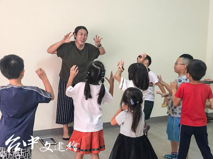 台中市圖「小孩這玩藝─探索式英文戲劇課」將英文故事化作闖關遊戲,豐富4-8歲孩子的肢體及表達能力。(圖:台中市文化局)