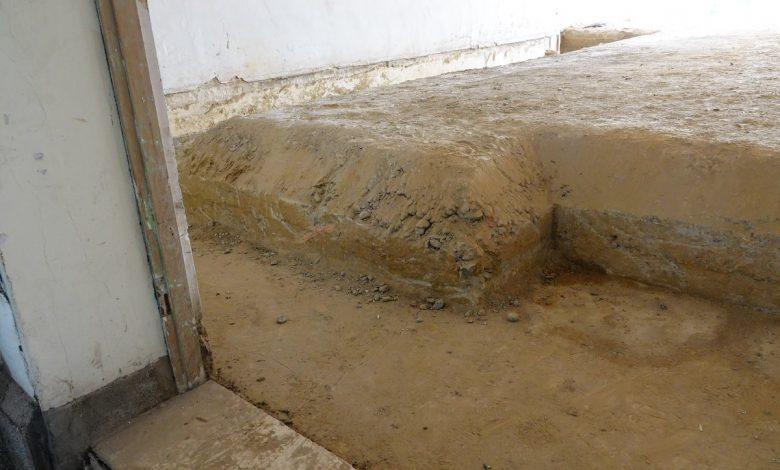 台中州廳 C 棟防空洞頂部高出地面約 50 公分。(圖:台中市文化局)