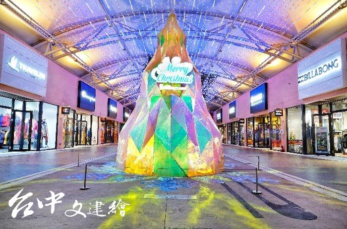 MITSUI OUTLET PARK 台中港店,矗立在南二口高達5米的「璀璨寶石耶誕樹」,此為晚上拍攝。(圖:業者提供)