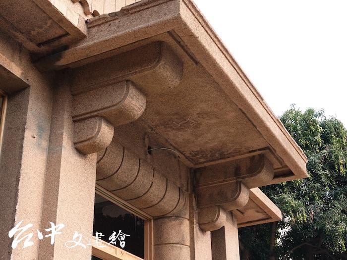 「烏日警察官吏派出所」主體建築的門廊。(圖:台中市文化局)