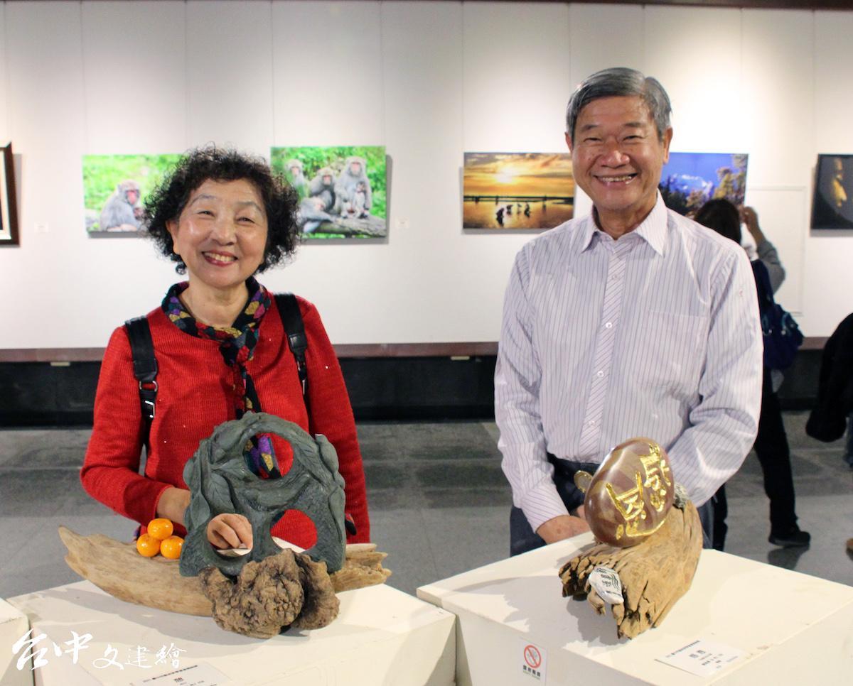 蘇美燕(左)與石雕作品。(圖:臺中市港區藝術中心)