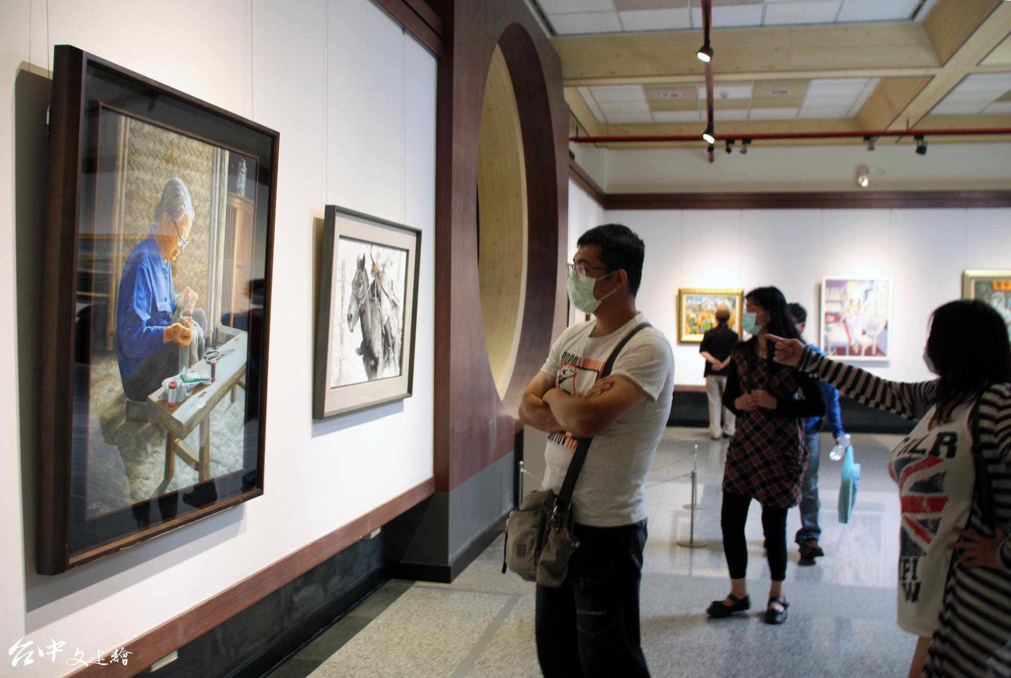台灣藝術家法國沙龍學會(TFA)在清水的港區藝文中心展出。(圖:港區藝文中心)
