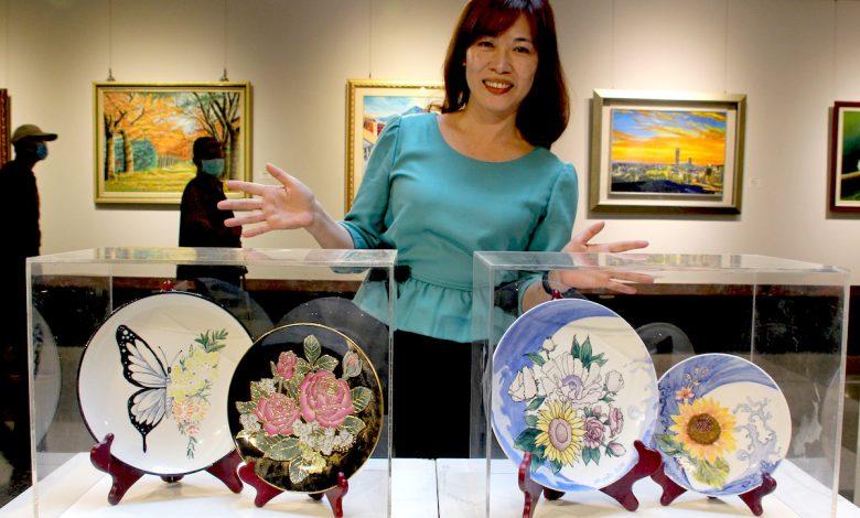 林美枝陶瓷作品《祝福》(右)、《爭艷》(左)。(圖:臺中市港區藝術中心)