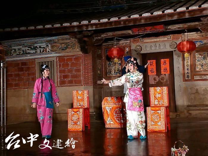 藝師林吳素霞成立合和藝苑的演出畫面。(圖:「合和藝苑」粉專)