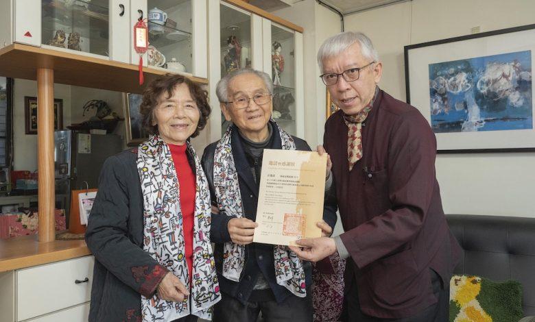 國美館館長梁永斐(右)與陳銀輝伉儷合影。(圖:國美館)