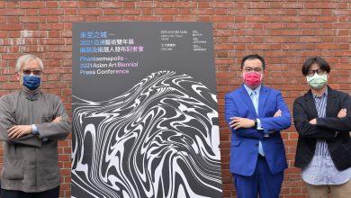 國美館館長梁永斐(左)與 2021 亞洲雙年展總策展人高森信男(中)、共同策展人侯昱寬(右)合影。(圖:國美館)