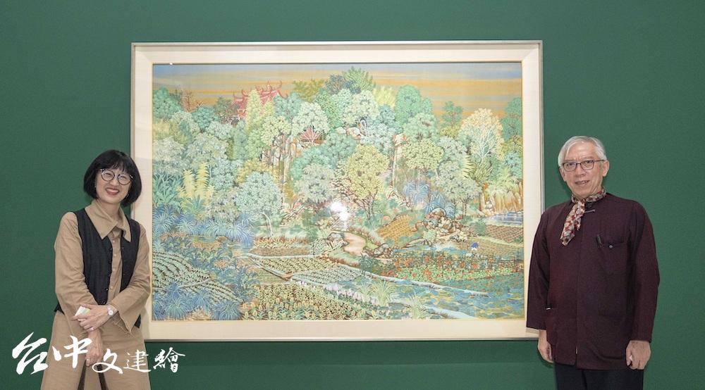 國美館館長梁永斐(右)與北美館館長林平(左),其後為郭雪湖〈新霽〉,現為北美館藏品。(圖:國美館)