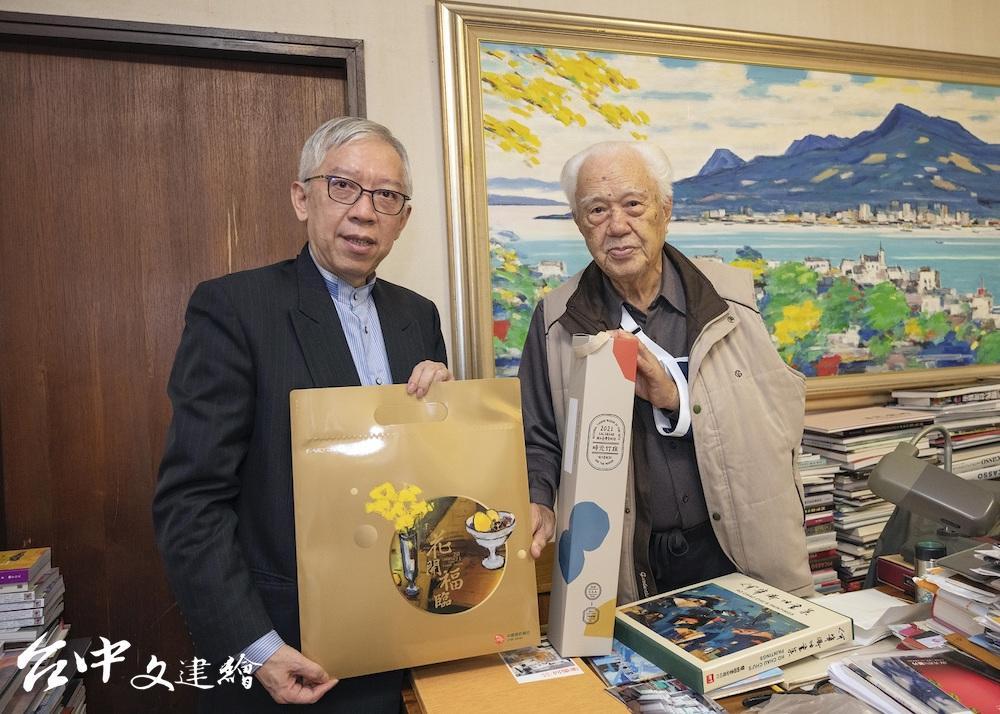 國美館館長梁永斐(左)與藝術家何肇衢(右)互相致贈禮物。(圖:國美館)