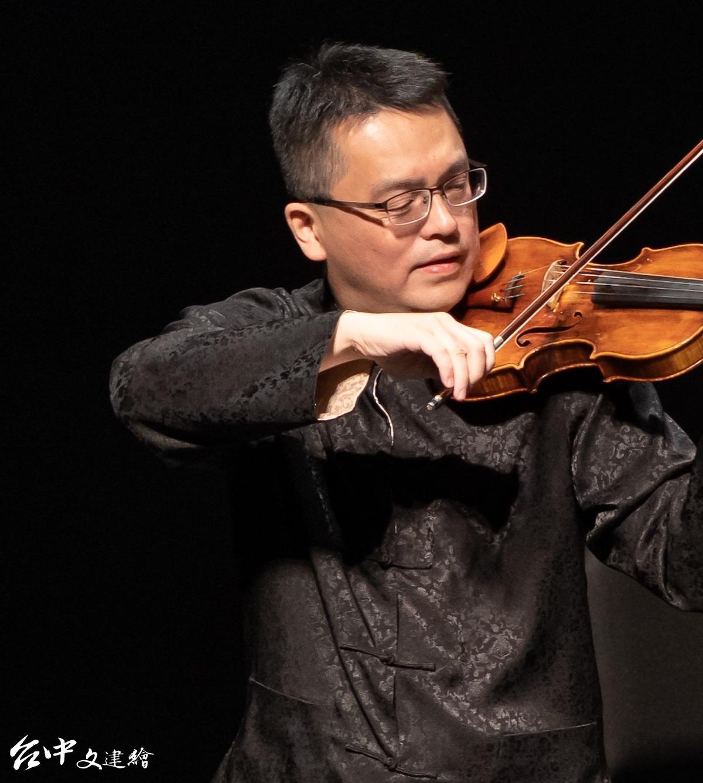 國臺交樂團首席張睿洲曾演出盧亮輝《西子灣之戀》小提琴協奏曲,此次將再度演出。(圖:國台交)