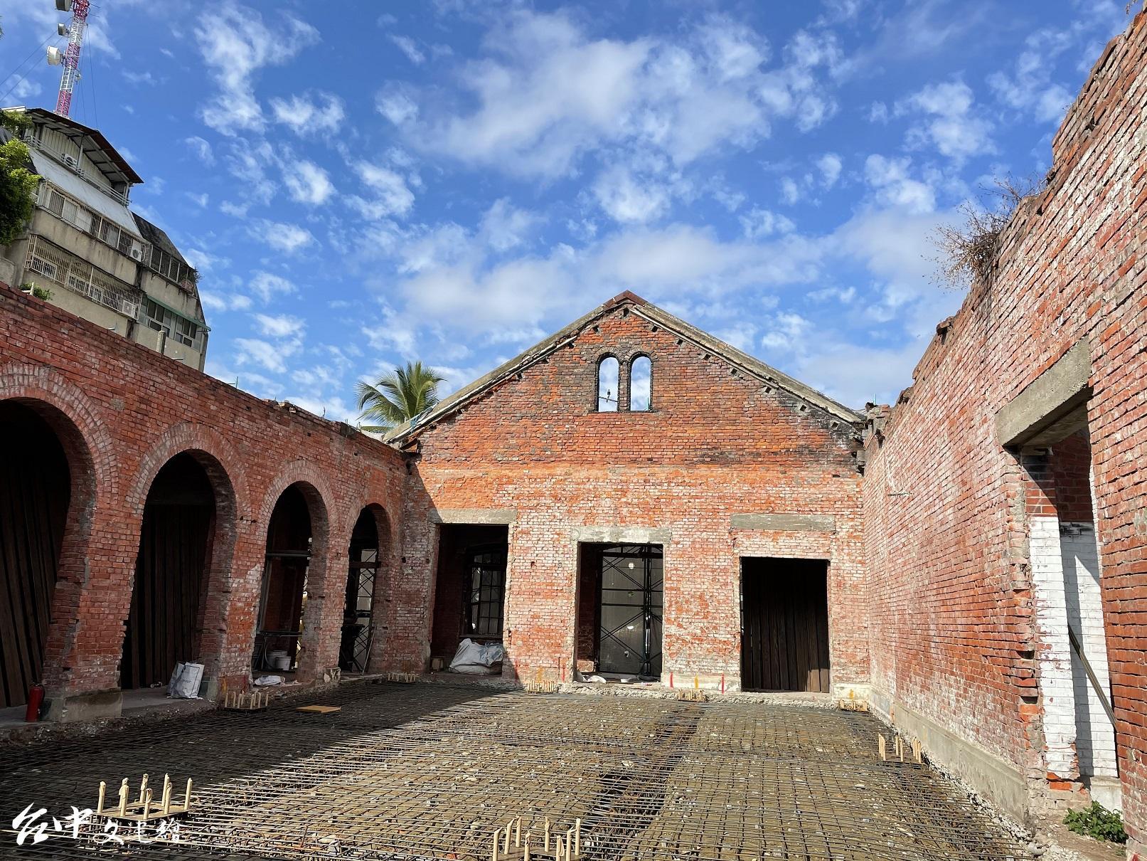 台中大屯郡役所西棟磚牆,修復中。(圖:台中市文化局)