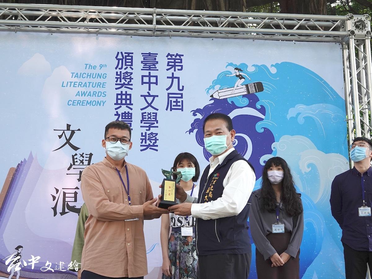 台中市文化局長張大春(右)頒獎給小說類第一名林楷倫。(圖:台中市文化局)