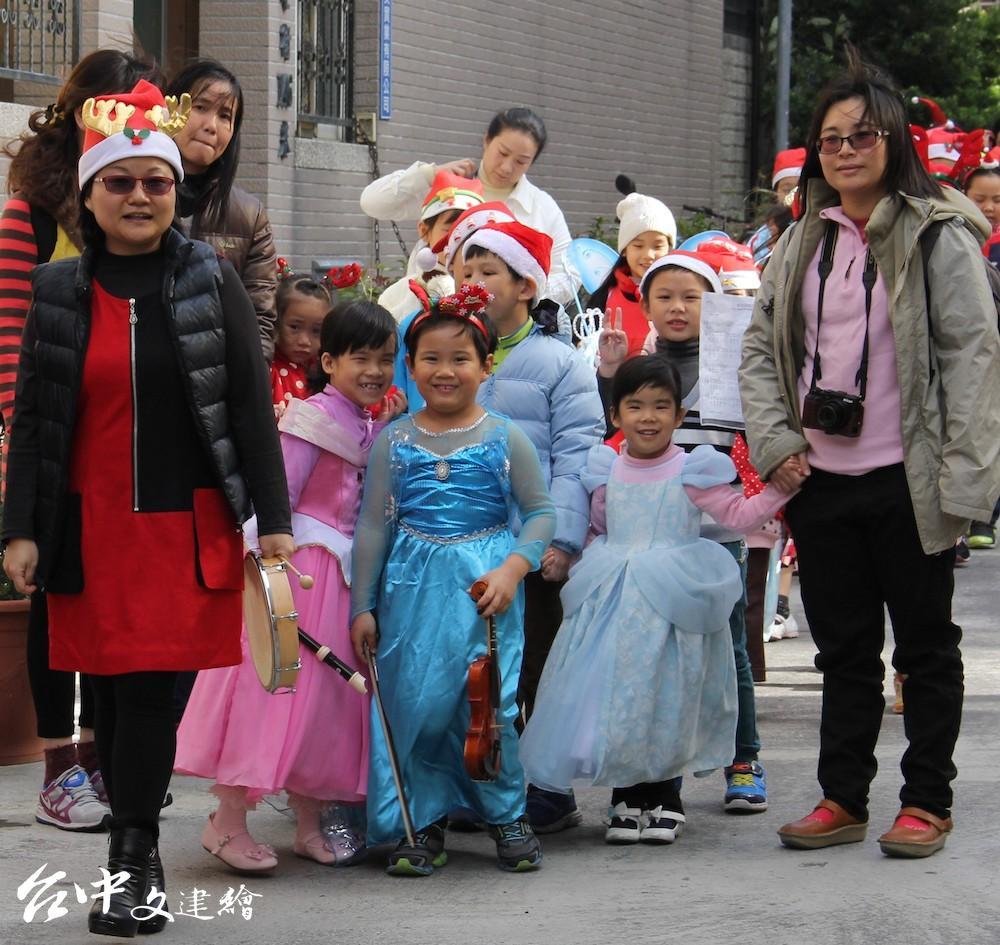 台中「藝術亮點」家族提前舉行活動慶祝耶誕,突圍快樂音樂家過往報佳音資料照。(圖:台中市政府)