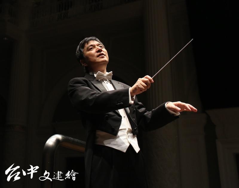 指揮水藍(圖:新加坡交響樂團)