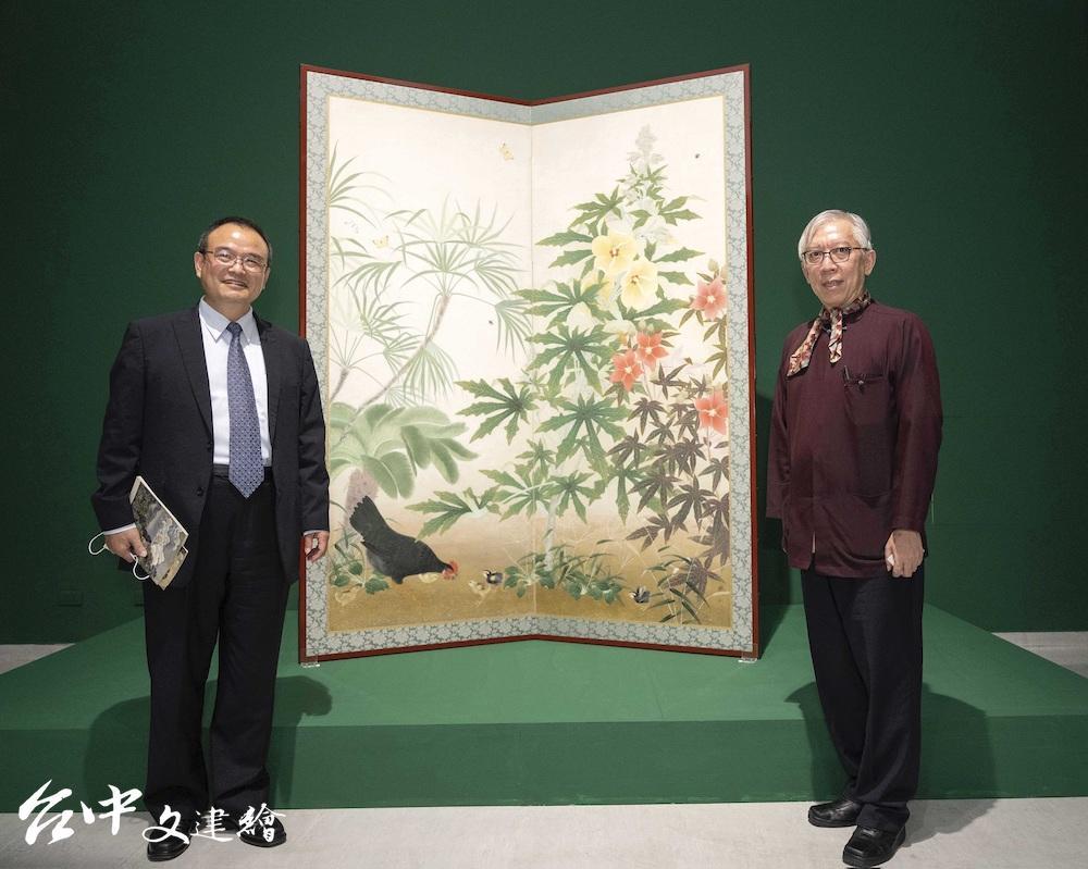 文化部蕭宗煌次長(左)與國美館梁永斐館長(右),其後為呂鐵州〈後庭〉。(圖:國美館)