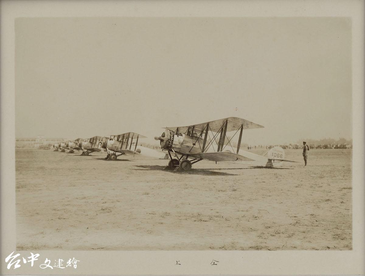日本第一個常駐台灣的軍方航空部隊—屏東陸軍飛行第八聯隊「乙式飛行機」等待長官貴賓檢閱。1928,明膠銀鹽,32x23cm(圖:國家攝影文化中心)