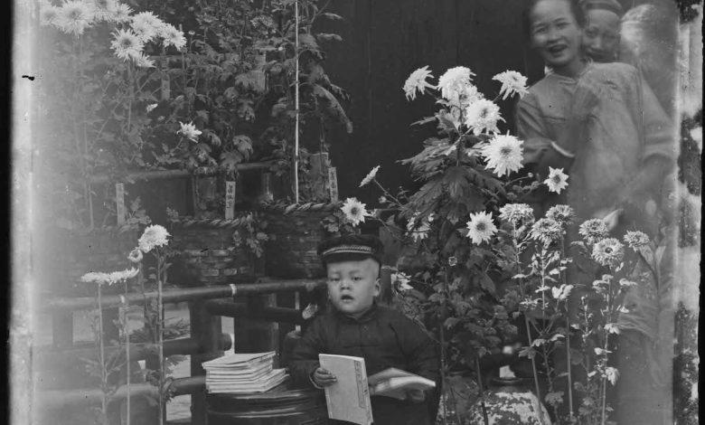 霧峰林家生活——花園中的兒童與女僕,攝影者:林草。(圖:國美館)