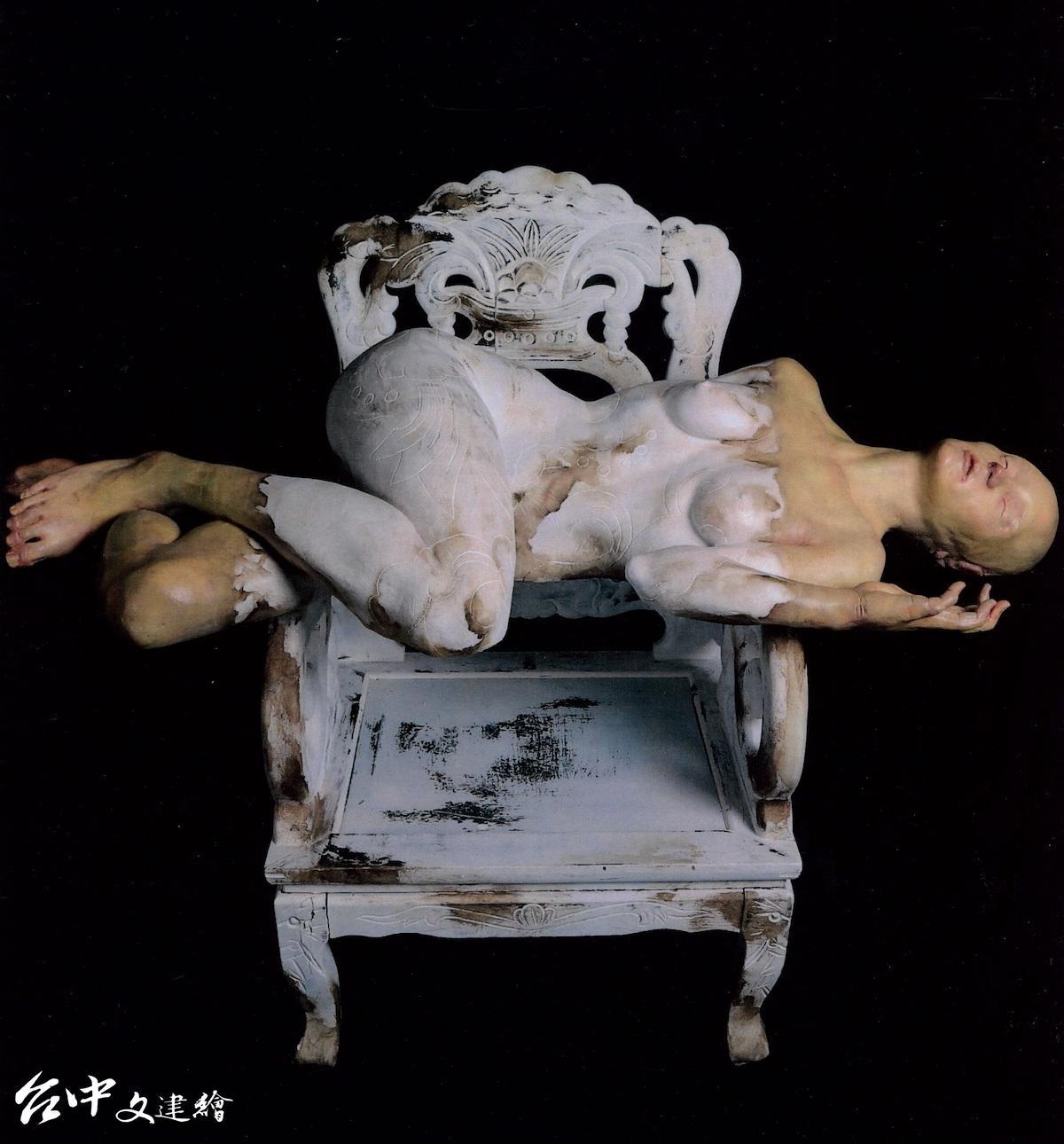 林辰勳今年再獲雕塑類首獎,角逐第二次的「大墩獎」,圖為其拿下第22屆大墩獎作品〈限像—色空・染寂〉。(圖:台中市文化局)