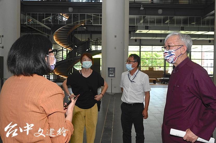 面對疫情微解封,國美館館長梁永斐與其他主管進行開館前的實地尋察,做到防疫滴水不漏。(圖:國美館)