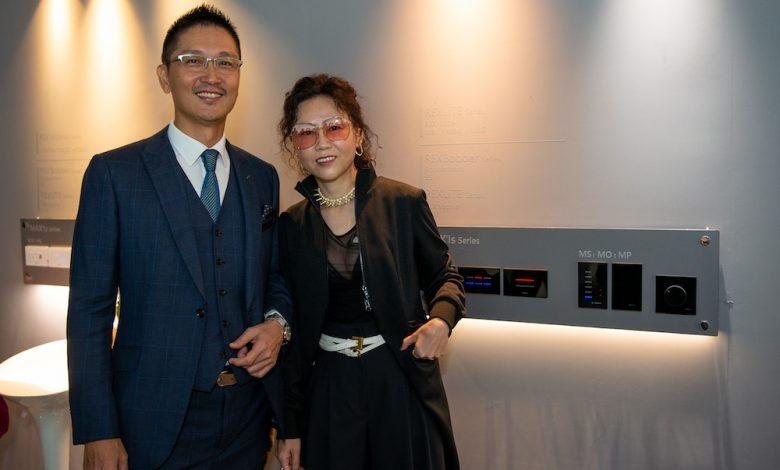 瑞司照明總經理王啟祥(左)、觀境設計組間謝婉毓(右)推動台灣智慧照明系統。(圖:業者提供)