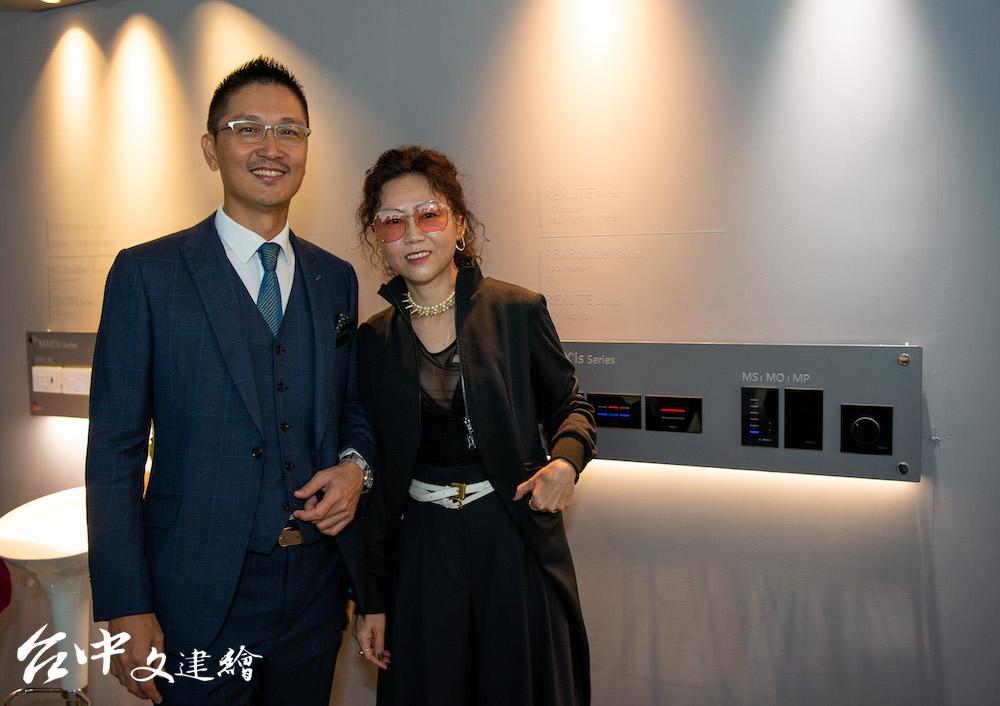 瑞司照明總經理王啟祥(左)、觀境設計總監謝婉毓(右)推動台灣智慧照明系統。(圖:業者提供)