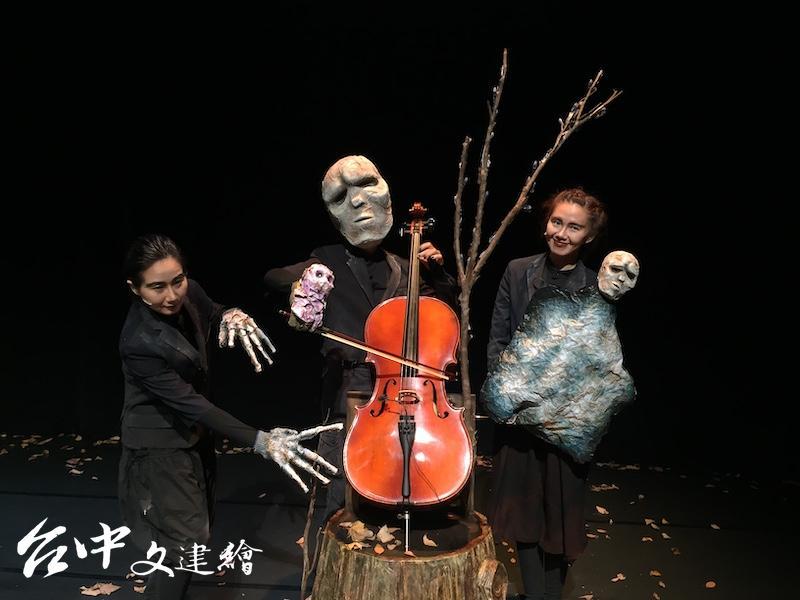 余若玫(左)、羅翡翠(中,戴斯面具者)、黃凱臨(右)將合作「親愛的戴斯」。(攝影:謝平平)