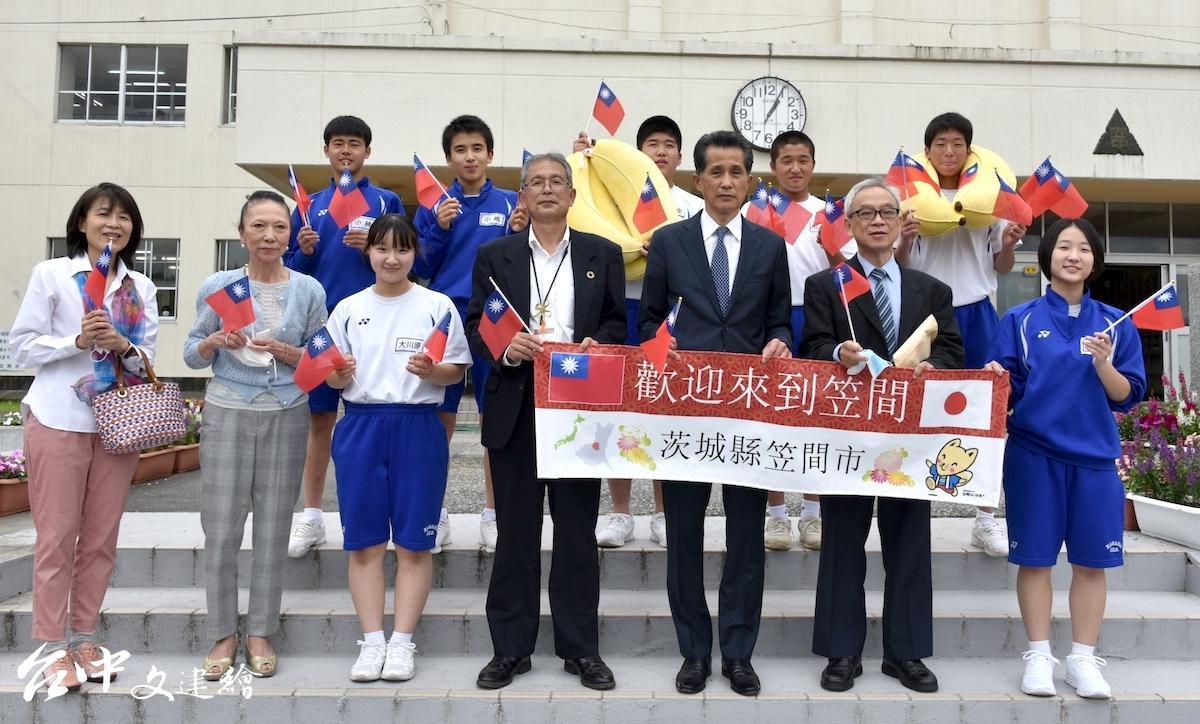日本笠間市學童營養午餐吃台灣香蕉,台日雙方也簽下合作備忘錄。(圖:農糧署)