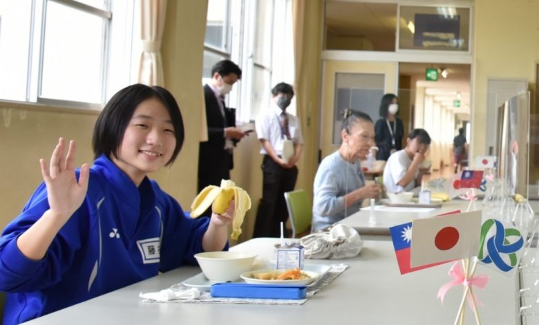 笠間市學生享用香甜可口的台灣香蕉(圖:農糧署)