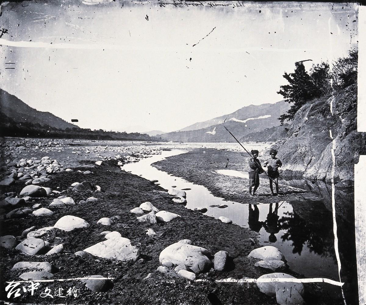荖濃溪旁森林覆蓋的山丘,攝影者約翰・湯姆生。(圖:國美館)