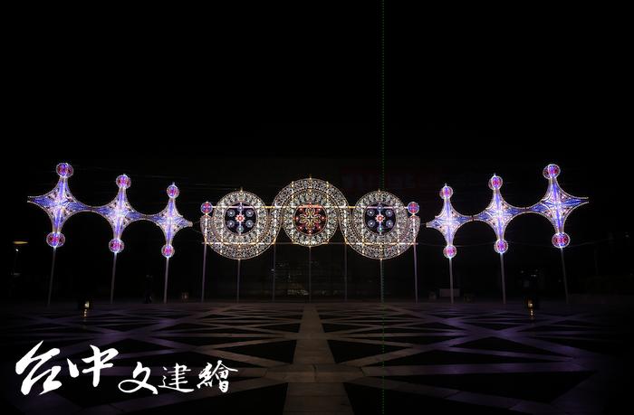 國美館「光之書寫」為台灣國際光影藝術節,此為義大利設計師 Daniel Monteverde 作品〈星座〉、〈星星的使者〉。(圖:國美館)