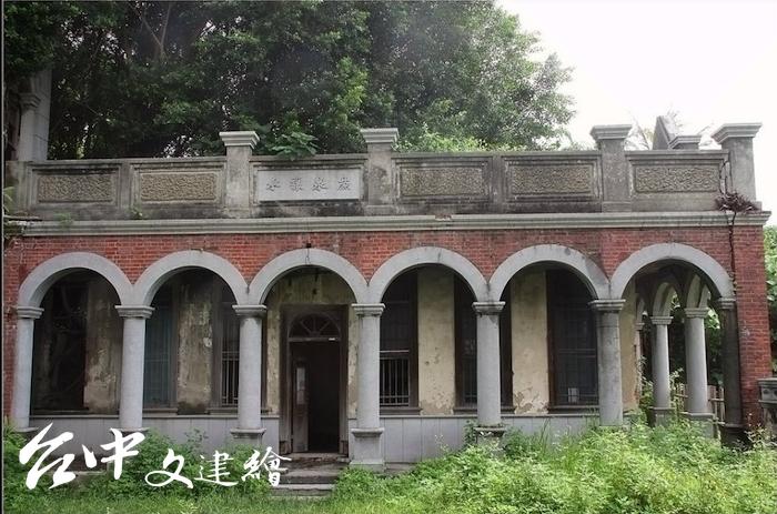 台中市定古蹟「聚奎居」二側建築為護龍形式,上書「廉泉讓水」,表示求取清廉之意。(圖片來源:tripadvisor,攝影:wang2383)