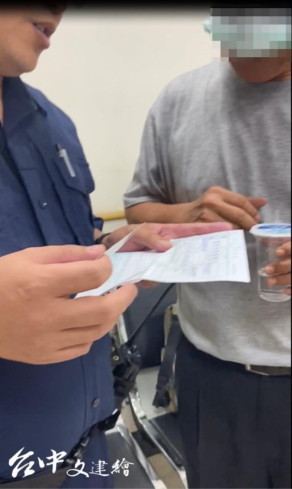 警員勸說蘇男,讓他知道自己遇到詐騙集團,而非老同學。(圖:台中市警察局)