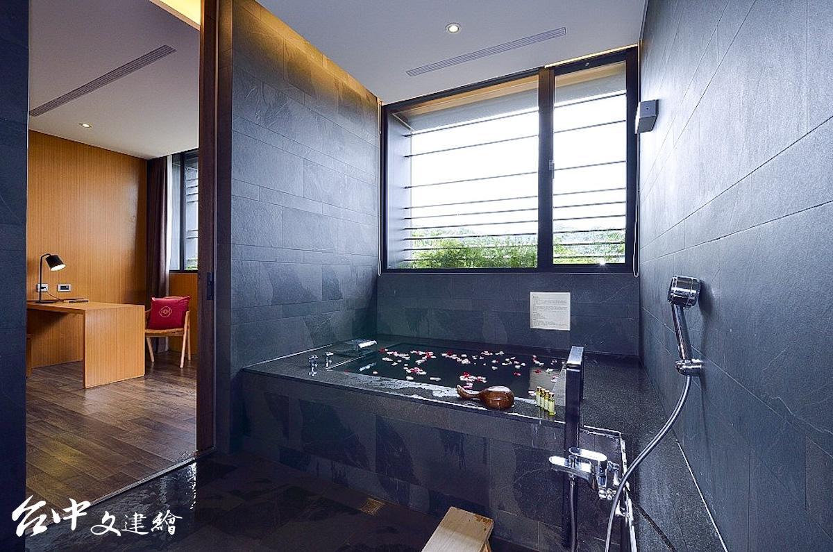 台中日光溫泉推出「未來旅人」買一送一優惠方案,此為豪華套房。(圖:台中日光溫泉會館 粉專)