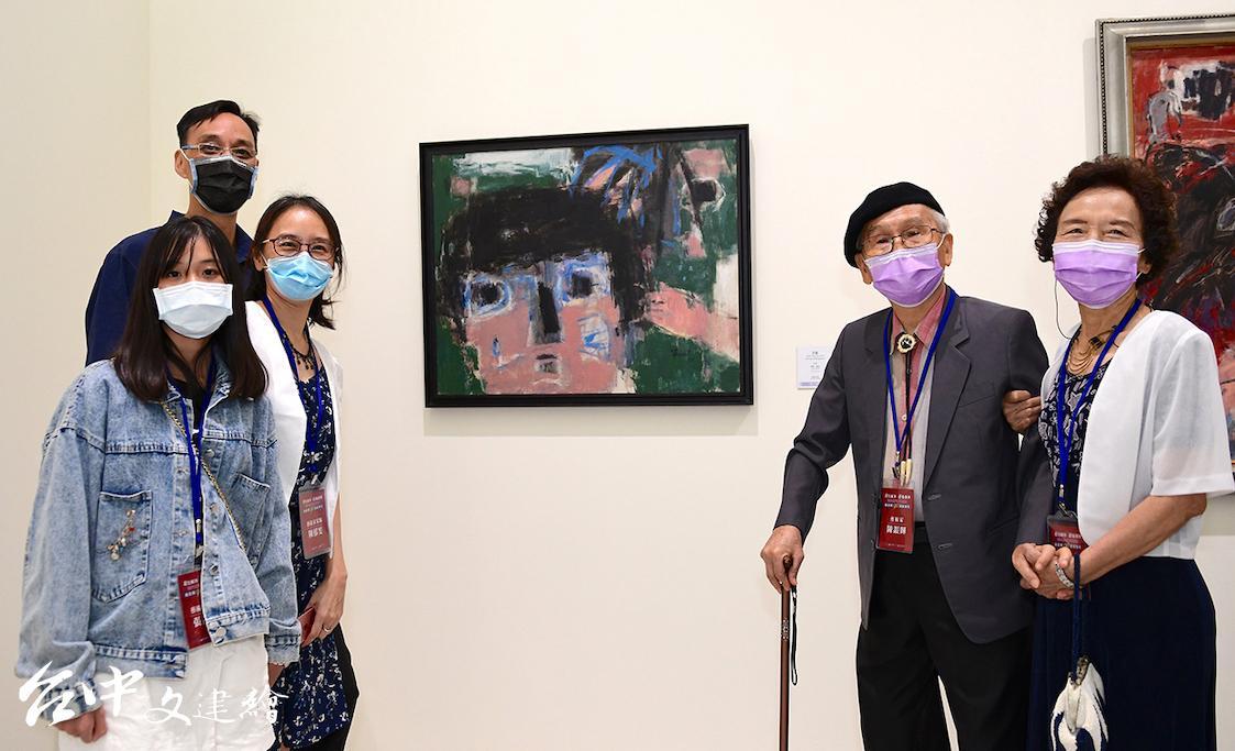 陳銀輝(右 2 )、楊淑貞賢伉儷與家人在「陳銀輝90藝術歷程」前合影。(圖:國美館)
