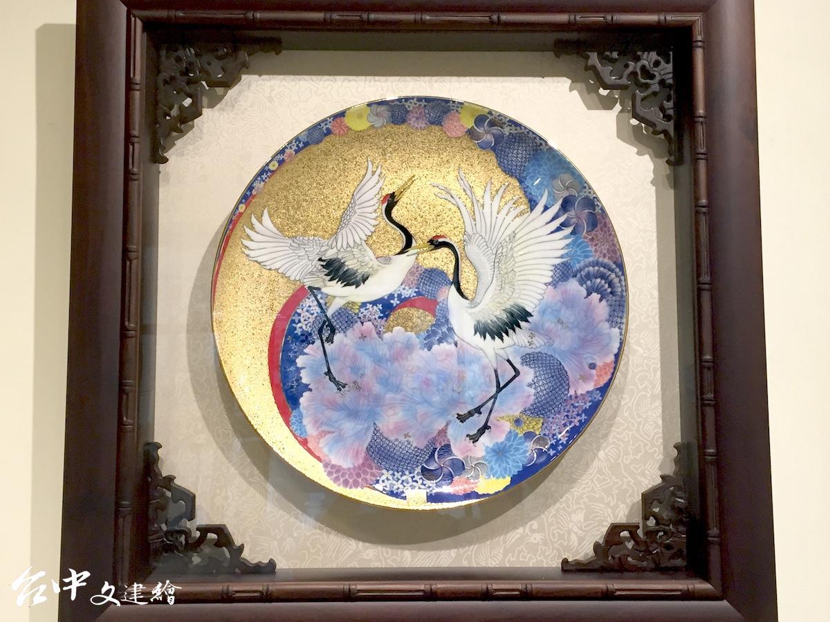 郭淑娟瓷繪作品「鶴舞芳華・安居樂業」(圖:台中文建繪)