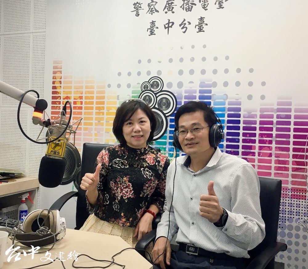 台中市警局第二分局分局長蔡元戎(右)上警廣宣傳多元報案的重要。(圖:台中市警局)