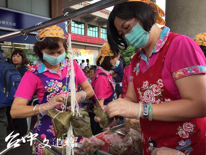 梧棲農會 2020 年推出鳳皇雜糧粽。家政班媽媽「快手加鞭」,趕在端午上市。(攝影:謝平平)