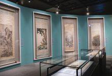 故宮南院展出「翰墨空間—故宮書畫賞析」另外規劃立軸櫃,以石綠色作為繪畫的背景色。(圖:國立故宮博物院)