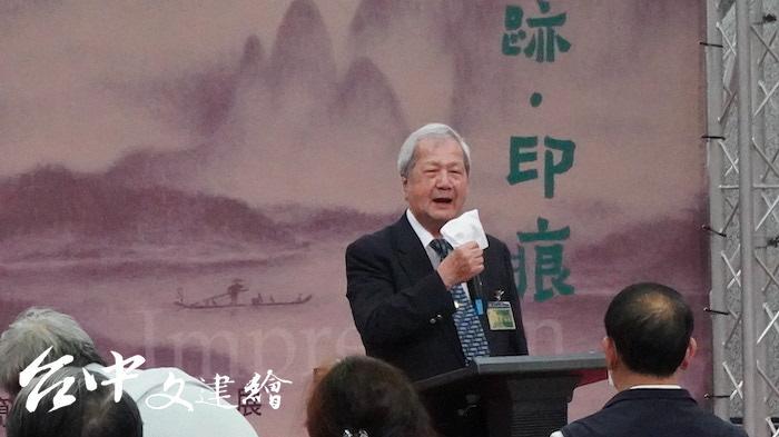 台灣中部美術協會前任理事長倪朝龍特別稱讚這次展出的百號作品。(攝影:謝平平)