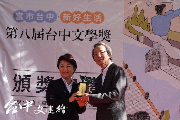 台中市長盧秀燕頒發「台中文學貢獻獎」給王定國。(攝影:謝平平)