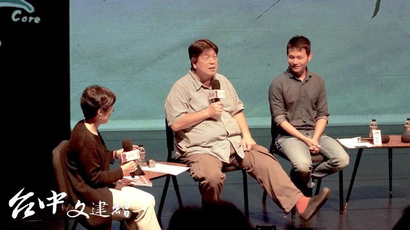 原本擁有斜槓人生的羅北安(中)為了最喜歡的戲劇,辭掉教職與其他工作。(攝影:謝平平)