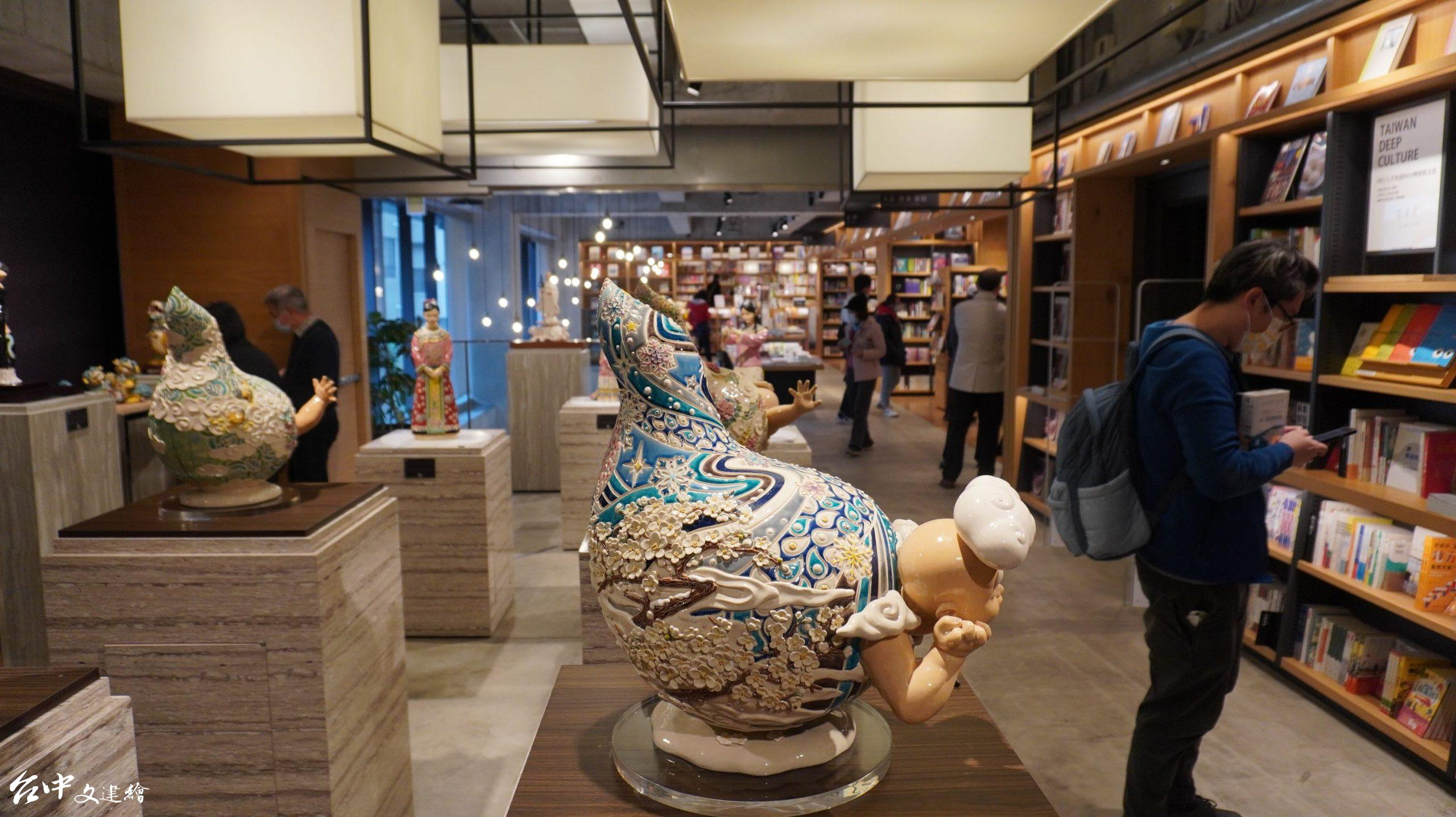 吳榮在TSUTAYA台中市政店舉行「花開現囍」交趾陶展。(圖:台中文建繪)
