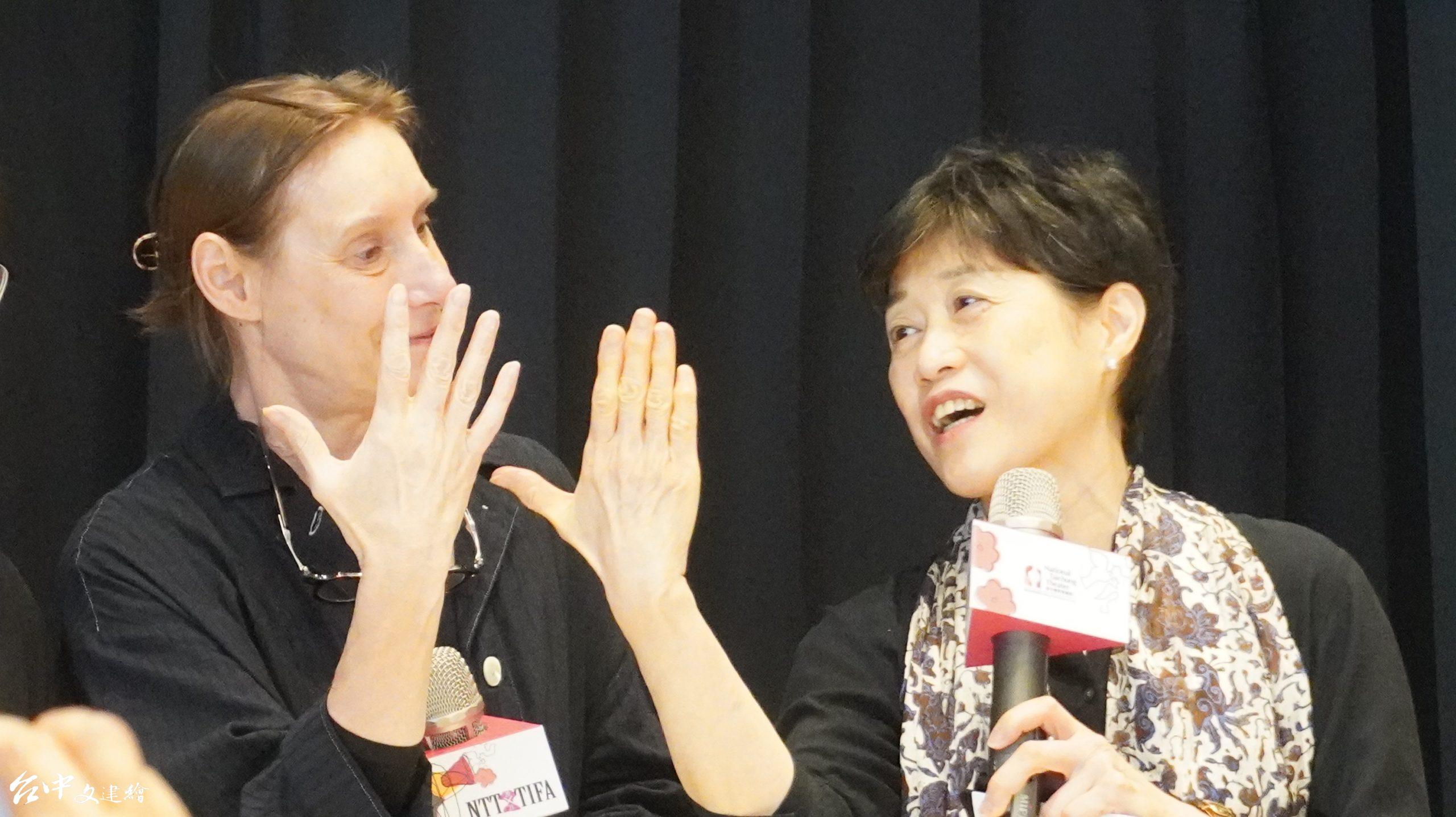 (左)比利時「吻與淚創作群」(Kiss&Cry Collective)編舞家及手指舞者 Michèle Anne De Mey 、(右)台中歌劇院藝術總監邱瑗正在比較跳舞與彈琴的手指有何不同。(圖:台中文建繪)