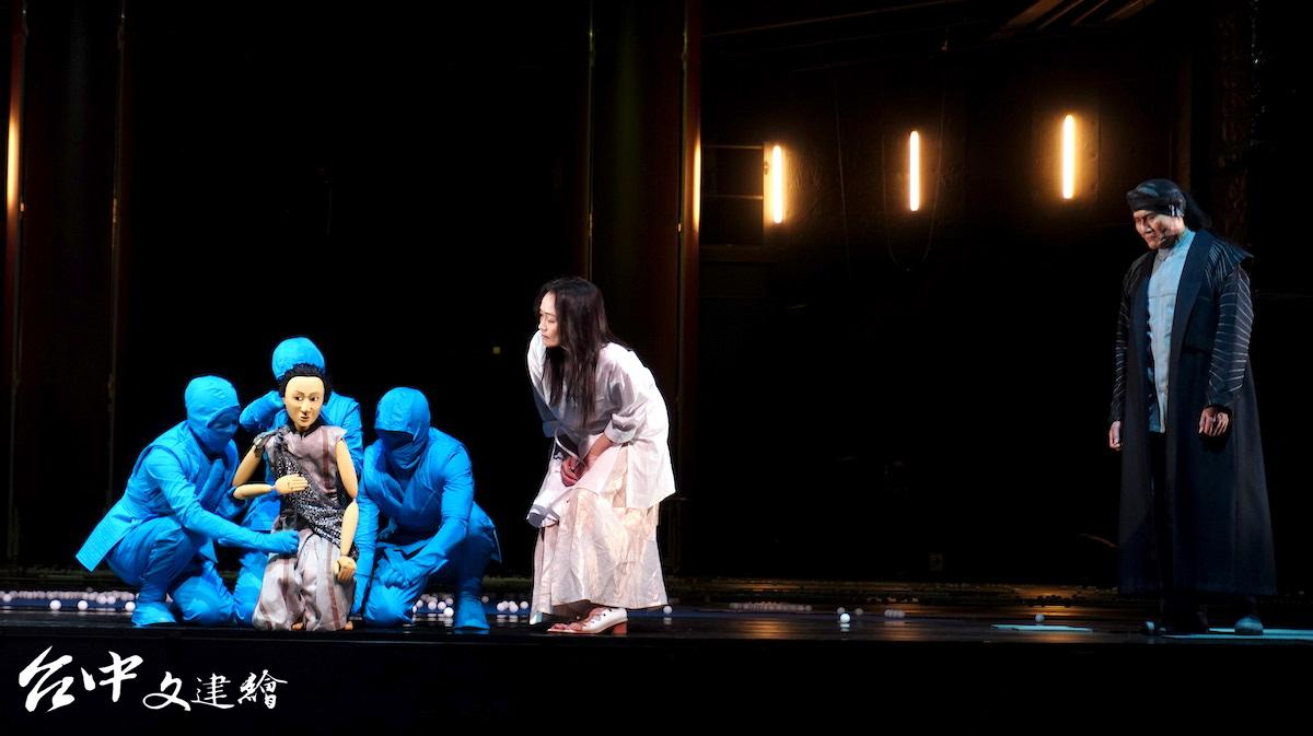 Lukas Hemleb 以日本文樂人形來扮演阿特烈,劇中也安排說書人(右)一角,由懷劭.法努司 Faidaw Fagod 飾演。(攝影:謝平平)