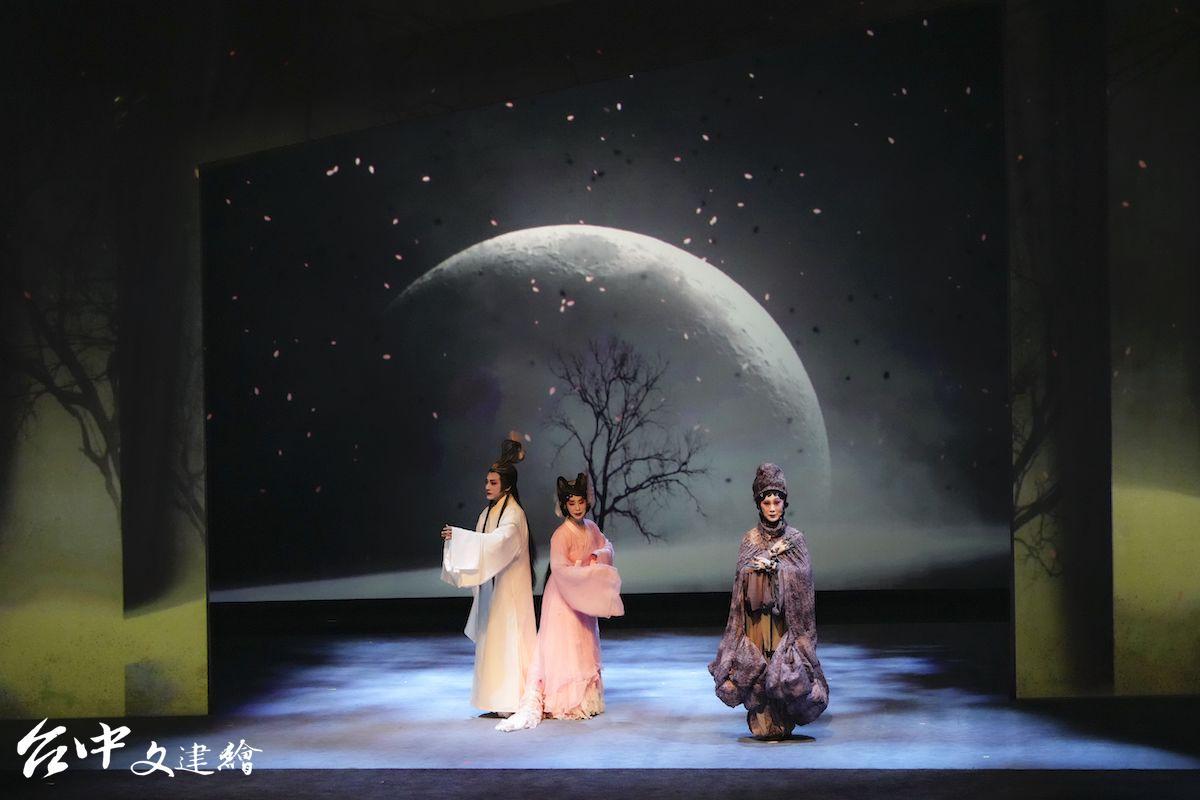 國光劇團 2021 年版新編京劇「狐仙」採用浮空投影。(圖:台中文建繪)