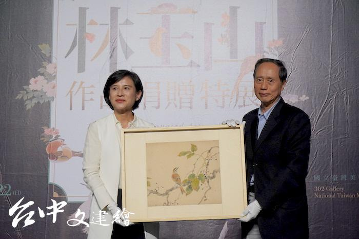 林玉山捐贈展在 2019 年 12 月舉行,家屬林柏亭(右)代表家屬,由文化部長鄭麗君接受。(攝影:謝平平)