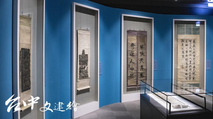 故宮南院展出「翰墨空間—故宮書畫賞析」另外規劃立軸櫃,可以拉近看畫距離。(圖:國立故宮博物院)