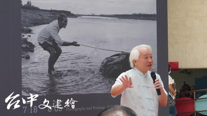 「知韓苑」創辦人兼執行長朱立熙表示,50 年前全台灣敢印「演色表」的印刷廠,只有台中的興台照相製版。(攝影:謝平平)