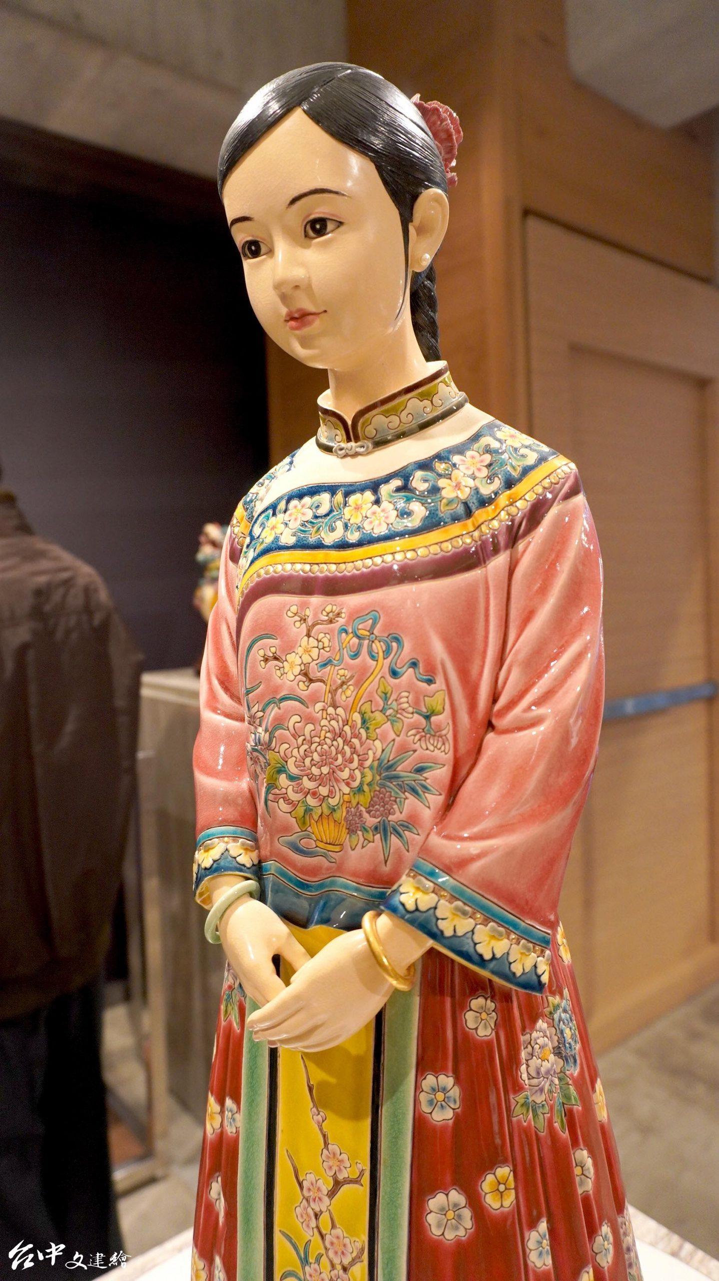 吳榮,交趾陶,法國三部曲之一—相。生於清朝大戶人家的少女,因為媒人上門說親事,而感到緊張不安,裙擺上的牡丹,象徵了大戶人家期望的「富貴」。(圖:台中文建繪)