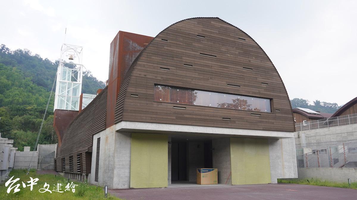高雄六龜山地育幼院新教堂,外側為木質雨淋板。(攝影:謝平平)